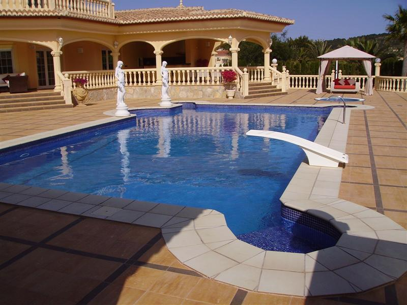 Pool maintenance in Calpe